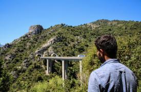 Ismael tiene 22 años y es de Pakistán. Le llevó más de 1 año y medio llegar a Italia después de pasar 11 meses escondido en Serbia. Ahora está atrapado en la zona montañosa cerca de la frontera francesa. ©Mohammad Ghannam/MSF