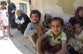 Niños esperan para vacunarse en Hazima, al norte de Raqqa, Siria. ©MSF