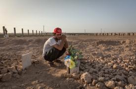 Tal Abyad: Ismael en la tumba de su amigo y primo Hout, quien murió en combate 48 hs antes de que se tomara esta foto. ©Chris Huby