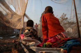 Fotografía de dos niños desplazados. La reciente violencia en Tanganyika ha desplazados a miles de personas que ahora viven en los alrededores de Kalemie. Entre los desplazados hay muchos niños que han sido separados de sus familias cuando huyeron.
