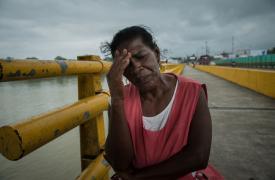 Nuri vende pescado en uno de los mercados de Buenaventura. Uno de sus hijos fue brutalmente asesinado por una pandilla local hace 16 años. Desde ese entonces, ella ha estado sufriendo ataques de pánico, ansiedad y síntomas de esquizofrenia.
