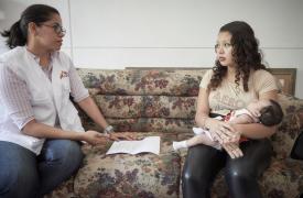 """La mayoría de los pacientes de MSF son mujeres jóvenes. """"Vemos muchas adolescentes entre 15 y 17 años que vienen por consultas prenatales"""", comenta la Dra. Diana."""