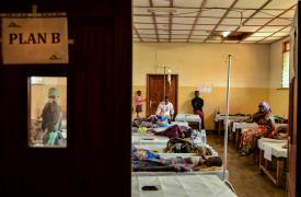 Los equipos de MSF están respondiendo en unas 30 unidades y centros de tratamiento en 9 de las provincias afectadas, con tratamiento y centros de rehidratación, donaciones, consciencia comunitaria, actividades de agua y saneamiento y vacunaciones.