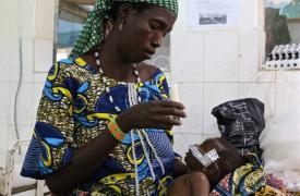 La pequeña Fassouma fue remitida por el equipo de MSF al hospital de Magaria para ser tratada por malaria grave, gastroenteritis y una infección respiratoria. ©Sarah Pierre/MSF