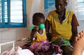 Hospital de Madaoua, Níger. Dentro de la guardia del uno de nuestros centros de tratamiento alimentario, Hassira Amidine recibe la porción de leche para su hija de 2 años que padece desnutrición, Binta Saliou.  ©Sarah Pierre/MSF