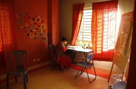 Nargis, consejera de la clínica de salud para mujeres de Médicos Sin Fronteras (MSF), se toma un momento para escribir sus notas de una sesión.