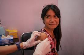 Una niña de Tondo, Manila, Filipinas, es vista en una clínica de Likhaan por su vacunación contra el VPH (Virus del Papiloma Humano).