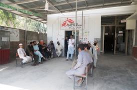 El Supervisor de Promoción de Salud de MSF en Bajaur, Tariq Zaman, lleva a cabo una sesión de concientización sobre salud e higiene fuera de la sala de estabilización del Hospital de la Sede Nawagai Tehsil, Bajaur, en las Áreas Tribales (FATA)