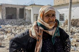 Mujer siria frente a su casa destruida en Raqa