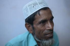 Abu Ahmad, de 52 años, huyó de Myanmar con su hija menor, Rokia, de 10 años. ©Ikram N'gadi