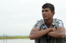 """Fatia, de 18 años, cruzó la frontera de Myanmar con su familia y está esperando en la """"berma"""" (entre Myanmar y Bangladesh) para entrar en Bangladesh. ©Ikram N'gadi"""