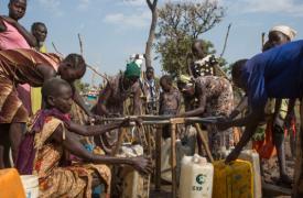Varias mujeres recolectan agua en el campo de refugiados de Nguneyyiel, en la región etíope de Gambella.