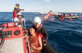 99 sobrevivientes rescatados de un bote que se hundía en el Mediterráneo.