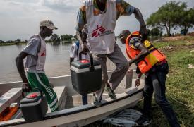 Una clínica móvil llega a Kier, a una hora y media en bote de Akobo.