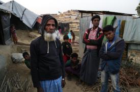 Alí Ahmed es un refugiado rohingya de 80 años que vive en el asentamiento improvisado de Jamtoli. Es originario de una ciudad con aproximadamente 5,000 casas en el distrito de Buthidaung, Rakhine. © Anna Surinyach