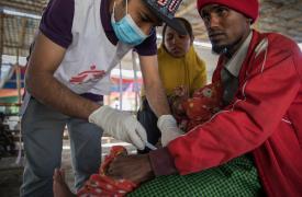 El hijo menor de Boshir recibe una vacuna en Sabrang, Bangladesh.