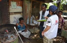Equipos MSF visitan a una mujer con tuberculosis en Port Moresby.