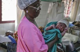 Una partera con un bebé recién nacido en República Centroafricana.