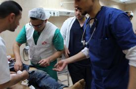 Un cirujano, un anestesista y un instrumentador quirúrgico dan apoyo al hospital de Alqsa.