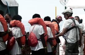 400 personas trasladadas nuevamente a barcos italianos.