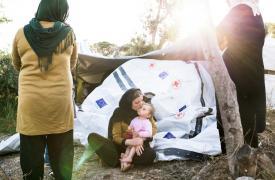 Una familia de Afganistán en el campo en la isla de Lesbos.
