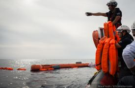 Bote del Aquarius (MSF y SOS Mediterranée) en pleno rescate.