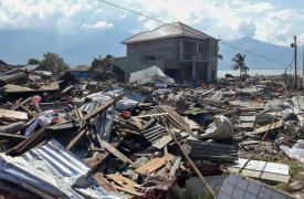 Destrozos por el tsunami en indonesia
