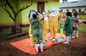 Trabajadores de Médicos Sin Fronteras contra el Ébol