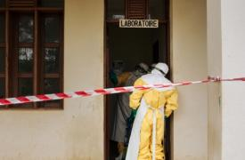 Uno de nuestros compañeros, durante la fase de desinfección, en el laboratorio de la zona de Butembo, en República Democrática del Congo.