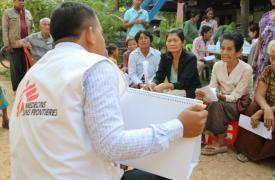 Khen Sophea, un trabajador de MSF, realizando actividades para informar y educar a la población sobre la hepatitis C en un pueblo del distrito Moung Ruessei en Camboya.