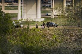 Esta secuencia muestra a un par de migrantes que intentan cruzar el río Bravo, frente al Puente Internacional Eagle Pass, donde la policía fronteriza de EE.UU. los intercepta en el medio del canal.