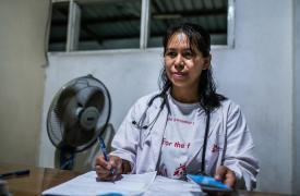 La doctora Ohnmar, médica de Médicos Sin Fronteras, examina a un paciente en la clínica de Insein, en Myanmar.