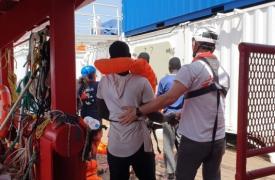 El equipo a bordo del Ocean Viking asistiendo a las personas que fueron rescatadas en el Mediterráneo.