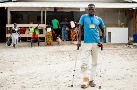 """Dos meses después de ser tratado por una fractura doble en la pierna, Assouman Ncamugwanko regresa para un examen de radiología en el centro de traumatología MSF """"L'Arche de Kigobe""""."""