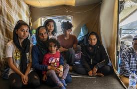 Una familia refugiada en Grecia, en terribles condiciones a causa de un sistema de recepción de migrantes defectuoso, falta de mecanismos de protección y servicios insuficientes.