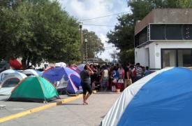 Los solicitantes de asilo se ven obligados a dormir en carpas instaladas justo al lado del puente en la frontera, sin acceso a servicios de agua potable y saneamiento.