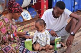 Hana y Mabrouk permanecen junto a su bebé, a bordo del Ocean Viking.