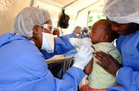 Justin (nombre modificado), de dos años y medio, recibe la vacuna experimental contra el Ébola, conocida como rVSV-ZEBOV, en el centro de vacunación ubicado en Kimbangu, en la ciudad de Beni, República Democrática del Congo.