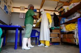 Un miembro de nuestro personal se prepara para en la zona de alto riesgo en el centro de tratamiento del Ébola (CTE) en Beni, en República Democrática del Congo. (Septiembre de 2019)