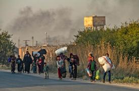 2019: Operaciones militares en el norte. En octubre, tras el lanzamiento de las operaciones militares turcas en el norte de Siria, los residentes huyen de las ciudades y pueblos a lo largo de la frontera para escapar de los fuertes bombardeos.