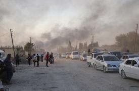Sirios árabes y civiles kurdos huyendo con sus pertenencias en medio de los bombardeos turcos en la ciudad de Ras al-Ain, en la provincia de Hasakeh, a lo largo de la frontera de Siria con Turquía.