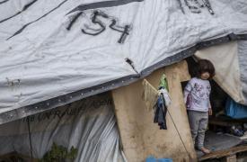 Una niña frente a su carpa junto al campo de refugiados en Moria, en la isla de Lesbos, Grecia.