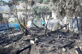 Calcinado y reducido a cenizas: así ha quedado parte del campo de refugiados de Vathy, en la isla de Samos (Grecia), tras el incendio.
