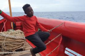 Un niño en la cubierta del barco Ocean Viking de Médicos Sin Fronteras y SOS Méditerranée, a la espera de la designación de un puerto seguro.