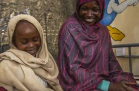 Maha Mohamed, de 22 años, sentada junto a su hija Salma, de siete años.
