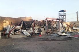 Parte del hospital dañado debido al ataque aéreo en edificios cercanos de la ciudad de Mocha, en Yemen.