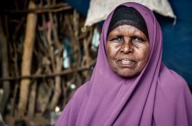 Abdia, de 65 años, huyó de Somalia para llegar a Dadaab, Kenia, en 1991.