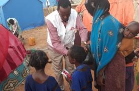 Durante la distribución de alimentos terapéuticos entre la población de la ciudad de Beledweyne, en el centro de Somalia.