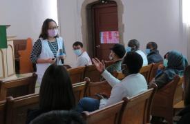 El equipo de Médicos Sin Fronteras realiza una sesión de educación sanitaria con refugiados y solicitantes de asilo en Hong Kong, respondiendo preguntas para ayudar a desmitificar la enfermedad y abordar los temores y preocupaciones de la población.