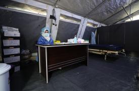 Una médica espera en un espacio dedicado para identificar posibles pacientes sintomáticos con COVID-19, para trasladarlos a observación si es necesario y llamar a una ambulancia para que se sometan a una prueba, en un hospital apoyado por MSF en el noroes
